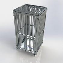 <b>Pallet Gaiola Fixo com Rodízio.</b> Pallet Gaiola de alumínio nas dimensões de 800 x 800 x 1630mm, construído com estrado de 7 travessas e gaiola com 3 lados fixos e fechada na frente com uma porta desmontável com sistema de encaixe, vão da grade de 30mm, com tampa superior removível. Capacidade de carga 300kg.