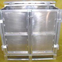 <b>Container de alumínio com Tampa.</b> Container de alumínio nas dimensões de 1000 x 1200 x 1180mm, construído com estrado de 2 deslizadores, com 2 portas e ponto para Cadeado. Capacidade de carga 1200kg.